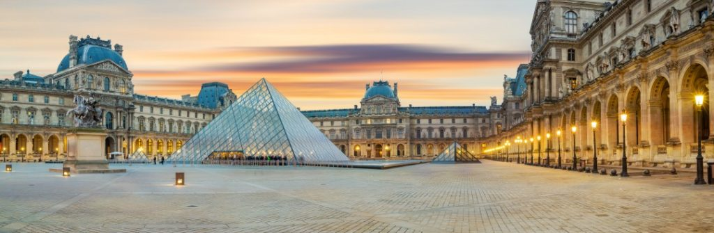 going out in paris alone or with friends louvre