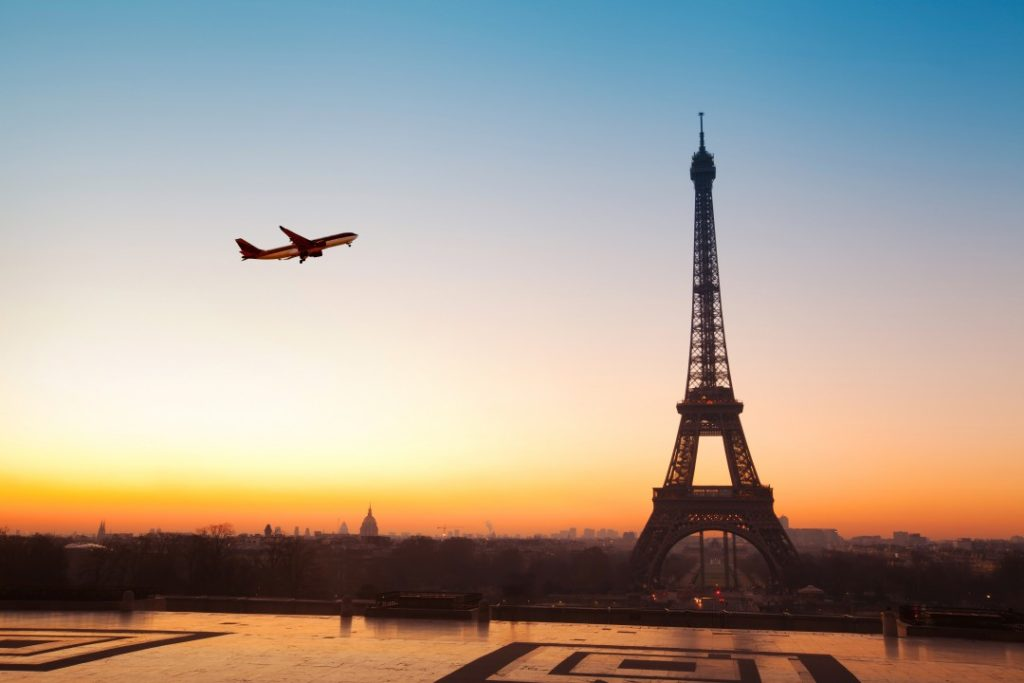 going out in paris alone or with friends tour eiffel